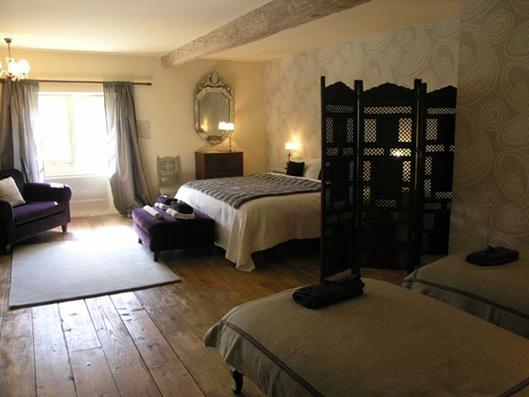 На фотографиях выше показан интерьер деревенского гостевого дома из Франции.  На первый взгляд он может слишком далек...