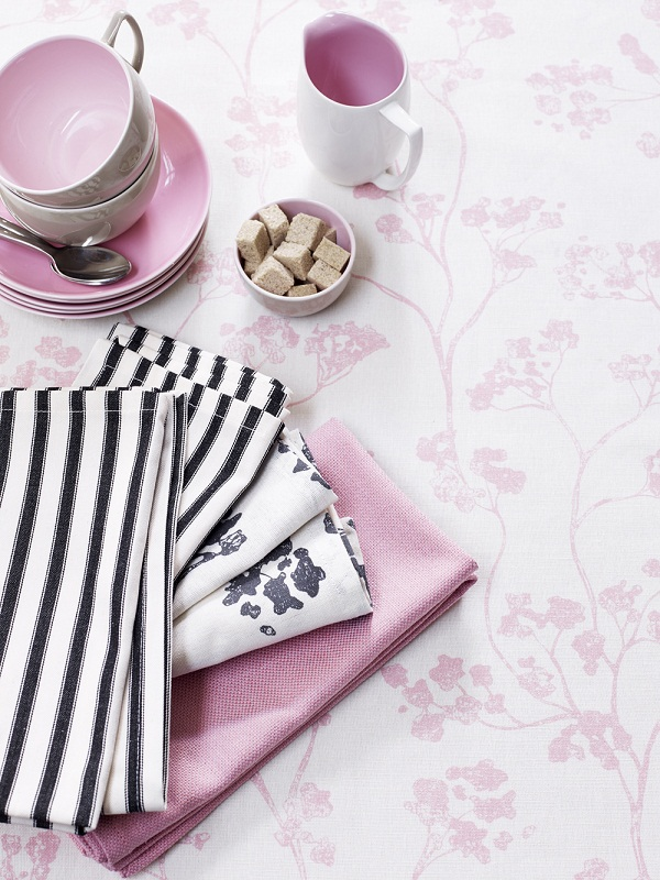 Ian Mankin - Kitchen - Detail - Tablecloth in Kew Baltic Pink, napkins in Campbell Union Pink, Campbell Union Black and Black Ticking - lifestyle - Portrait