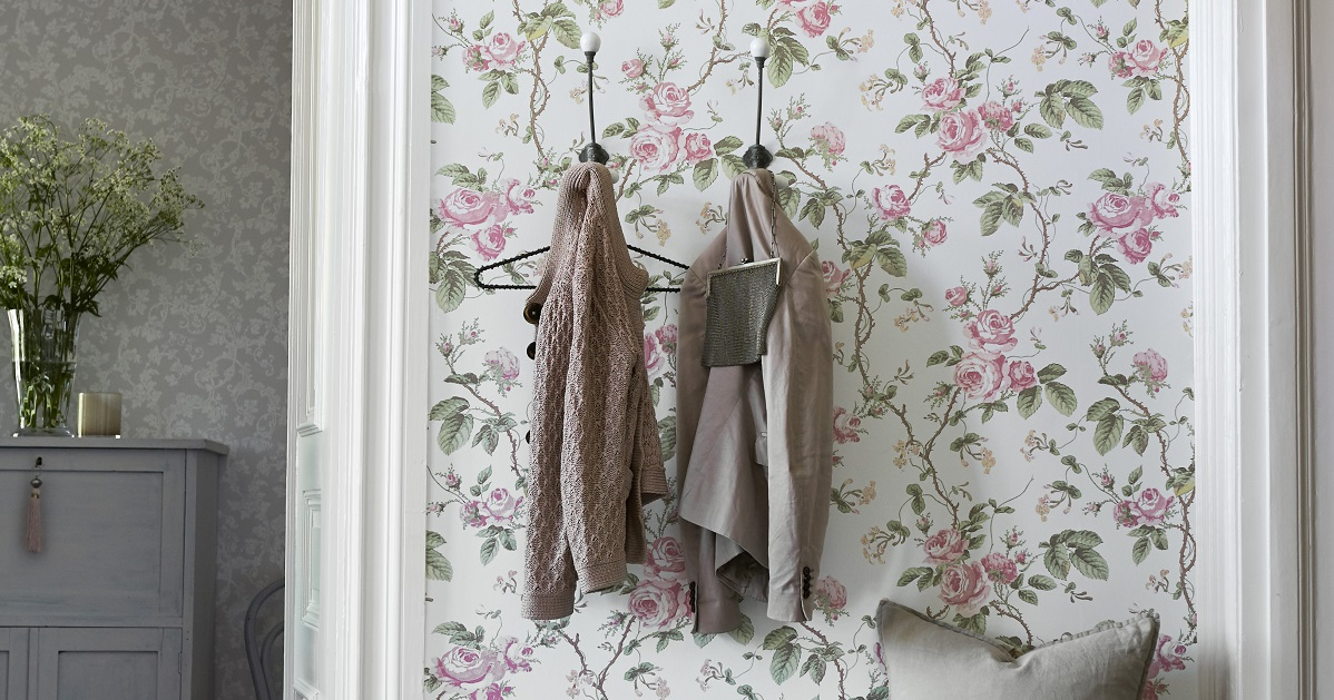 Floral wallpaper in the hallway