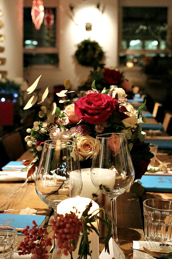 Refectory table, plain glass, roses, simple and chic