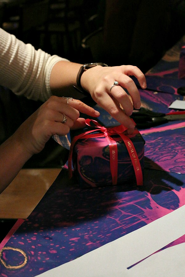Gift wrapping without sticky tape