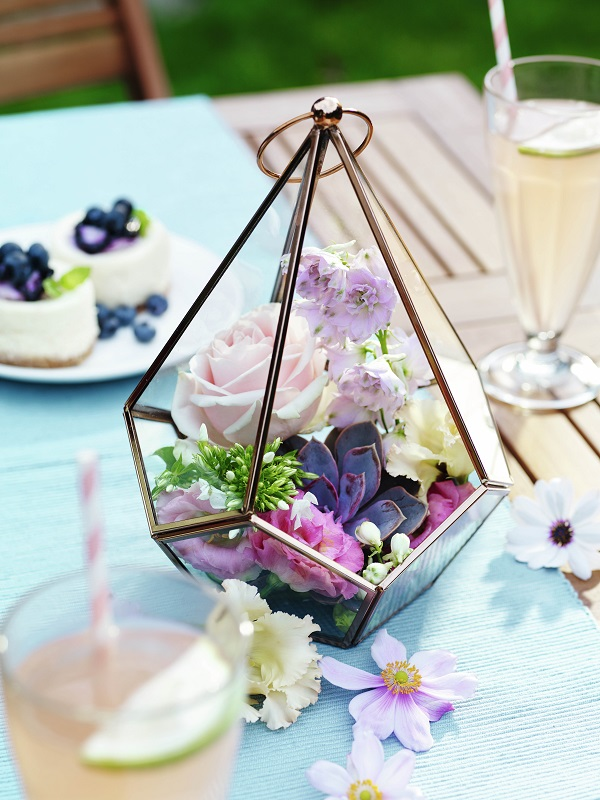 Table Decoration Ideas for Summer Dining Tables - Fill a Terrarium with Flowers