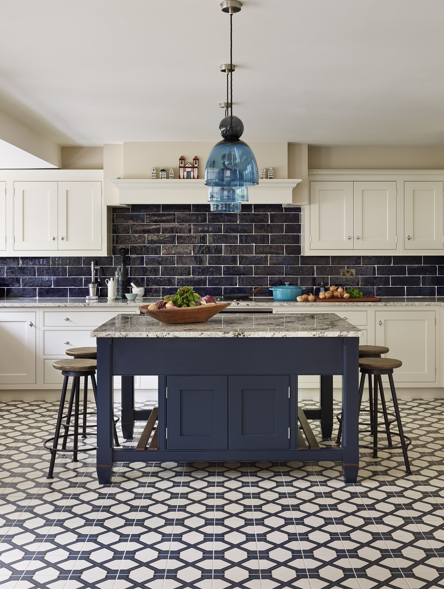 A Beautiful Blue and White Kitchen That Mixes Modern and Traditional