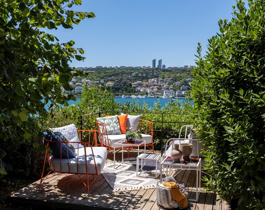 A Colourful and Cosy Little Home in a Pleasant Garden Facing the Bosphorus